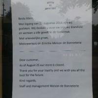 Brief op de deur van Maison de Bonneterie in Den Haag, september 2014