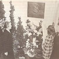 Onthulling van de gedenkplaat Rachel Weent in de MULO-school aan de Laan 5 op 4 maart 1948 - Dick Houwaart, Kehillo Kedousjo Den Haag (Den Haag 1986) p. 212