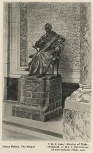 Standbeeld van Tobias Asser in het Vredespaleis onthuld in 1921. Collectie Haags Gemeentearchief