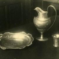 Zilver uit de synagoge van de Wagenstraat verborgen bij het Haags Gemeentearchief aan het Rijswijkseplein - collectie Haags Gemeentearchief