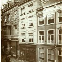 Foto uit 1905, geheel rechts de bank Lissa & Kann op Wagenstraat 8 - collectie Haags Gemeentearchief