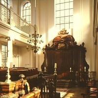 Heilige Ark in de synagoge van de Liberaal Joodse Gemeente Den Haag aan de Prinsessegracht. In deze kast wordt een circa 700 jaar oude Torarol bewaard – Foto Dienst voor de Stadsontwikkeling, collectie Haags Gemeentearchief