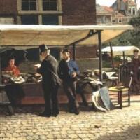 Th. Mesker, De boekenkraam van Jozef Blok obij de Boterwaag. In de kraam zit Esther Blok, voor de kraam staat Jozef Blok  - collectie Joods Historisch Museum