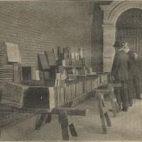 De boekenkraam van Jozef Blok op het Binnenhof naast de Stadhouderspoort (rechts achteraan is nog net de kleine Jozef Blok te zien) - collectie Haags Gemeentearchief, foto op 14 okt. 1905 gepubliceerd in het bijblad van het Haagsche Nieuwsblad
