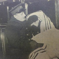 Chauffeur van de HTM-bus begeleidt op 12 december 1938 de Oosterijkse vluchtelingenkinderen vanuit Hoek van Holland naar Den Haag - De Residentiebode