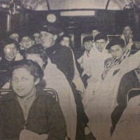 Joodse kinderen arriveren op 12 december 1938 per HTM-bus in de Copernicusstraat - De Residentiebode