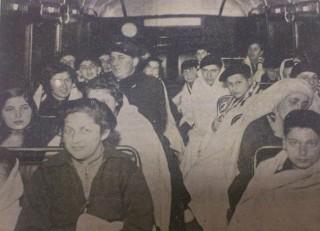 Joodse kinderen arriveren op 12 december 1938 per HTM-bus in de Copernicusstraat -  De Residentiebode