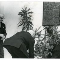 Mr. Maurits Blei Weissman, broer van Eliazer en gemeentesecretaris van Den Haag, legt op 4 mei 1969 een krans bij het monument in het Haagse Stadhuis. Op het monument staat ook de naam van zijn broer - foto G.J. ter Brugge