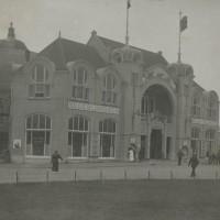 Circusgebouw in Scheveningen. Bovenin het gebouw was een sjoel van Joodse vluchtelingen - collectie Haags Gemeentearchief