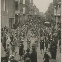 Noorderbeekdwarsstraat tijdens een optocht in 1939 - collectie Haags Gemeentearchief