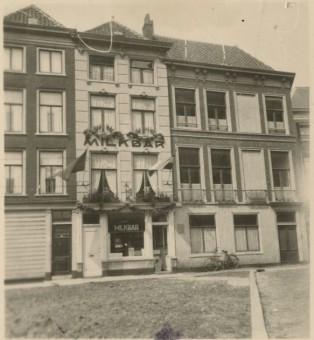 Tocci's Milkbar aan de Hofsingel 8 in 1940 - collectie Haags Gemeentearchief