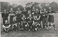 De Ooievaars was een bekende Joodse voetbalclub in Den Haag. Uit deze club speelde J. Turfrijer mee met het Joodse benefietelftal. Op de foto staat Turfrijer op de achterste, derde van rechts met de puntkraag -  www.haagseverenigingen.nl
