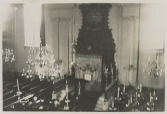 Interieur van de Grote Synagoge van de Nederlands Israëlietische Gemeente (NIG) in de Wagenstraat, omstreeks 1940. Op 7 april 1941 werd mr.dr. L.E. Visser benoemd tot voorzitter van de kerkeraad van de NIG - foto Haagse Fotocentrale