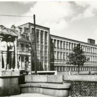 Ralph Prins studeerde en was docent aan de Koninklijke Academie van Beeldende Kunsten aan de Prinsessegracht in Den Haag, fotoopname uit  ca. 1955 - fotocollectie Haags Gemeentearchief