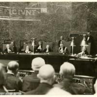 6 september 1938, tijdens een plechtige zitting werd het nieuwe gebouw van de Hoge Raad in gebruik genomen, de plechtigheid viel samen met het 100-jarig bestaan van de Hoge Raad. Op de foto zittende 4de van links mr.dr. L.E. Visser - Polygoon