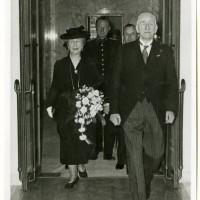 Op 1 maart 1940 was er een speciale bijeenkomst ter gelegenheid van het 25-jarig jubileum van mr. dr. L.E. Visser als lid van de Hoge Raad der Nederlanden. Samen met zijn echtgenote Cornelia Visser-Wertheim is de jubilaris op weg naar de receptiezaal - foto Polygoon