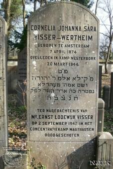 Grafsteen bij het graf van Cornelia Visser-Wertheim op de Joodse begraafplaats in Overveen. Op de steen staat ook een herdenkingstekst voor Ernst Visser, zoon van Lodewijk en Cornelia Visser, die in Mauthausen is vermoord - fotocollectie Akevoth