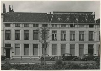 Aan de Koninginnegracht 28 (woonhuis rechts op de foto) woonde S.F. van Oss na 1922 - Foto  uit 1948 van Foto van Ojen, collectie Haags Gemeentearchief