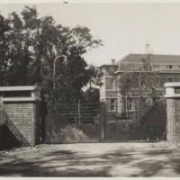 Entree van psychiatrisch ziekenhuis Bloemendaal aan de Monsterseweg, ca. 1935 - foto collectie Haags Gemeentearchief