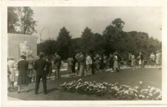 Nadat op 29 juni 1940 het Noordeinde was afgesloten plaatsten veel mensen hun bloemen voor het standbeeld van koningin-moeder Emma in het Rosarium op het Jozef Israëlsplein - collectie Haags Gemeentearchief