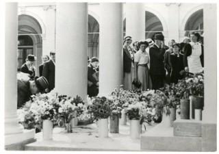 Anjerdag, bloemen op de trappen van Noordeinde - collectie Haags Gemeentearchief