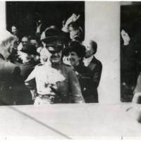 Anjerdag, generaal Winkelman wordt toegejuichd na zijn aankomst bij paleis Noordeinde - collectie Haags Gemeentearchief