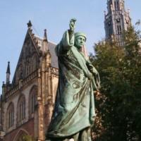 Standbeeld van Laurens Janszoon Coster op de Grote Markt in Haarlem. In 1855 gemaakt door de firma Enthoven - Wikimedia Guus Bosman