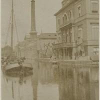 Fabriek en villa van de IJzergieterij en –pletterij Enthoven, omstreeks 1890, voor de villa staan modellen van de standbeelden van Rembrandt en Laurens Janszn. Coster - collectie Haags Gemeentearchief