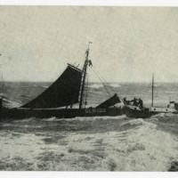 De Zeemanshoop in actie bij het redden van de logger Maarten, SCH 102, die in Scheveningen bij het Noorderhoofd was gestrand op 9 oktober 1938 - collectie Haags Gemeentearchief