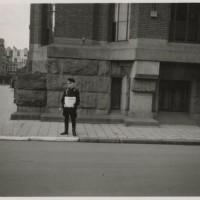 Op de hoek van de Jozef Israëlslaan en de Benoordenhoutseweg stond in 1942 een NSB'er met de NSB-krant 'Volk en Vaderland, weekblad der Nationaal-Socialistische Beweging in Nederland'. Van 1943 tot 1945 droeg de Jozef Israëlslaan op last van de NSB-burgemeester Westra een andere naam, omdat Jozef Israëls een Jood was - foto collectie Haags Gemeentearchief