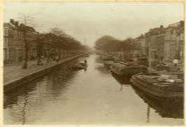 Aan de Dunne Bierkade stond de glasfabriek van Henry Davis. Bedrijvigheid aan de Dunne Bierkade omstreeks 1890 - fotocollectie Haags Gemeentearchief
