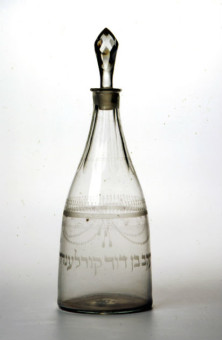 Gegraveerde fles met de naam van Jacob Courlander, boekhouder van de glasfabriek van Henri Davis - Collectie Joods Historisch Museum. Bruikleen Gemeentemuseum Den Haag