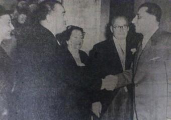 Receptie op 9 november 1955 in Hotel Wittebrug ter gelegenheid van het 75-jarig bestaan van de fabriek en het 25 jarig jubileum van Louis de Wind. V.l.n.r. wethouder mr. Jan van Aartsen, waarschijnlijk Selina Gazan-de Wind, Hijman de Wind en Louis de Wind - Haagsche Courant