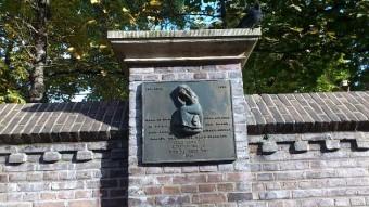 Monument 'Rachel weent' (replica) op de muur van de Nieuwe Kerk. De originele plaquette bevindt zich in het Museon - foto 2015