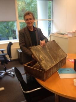 Historicus Hans Pols draagt de koffer met documenten van Ies Bachrach over aan het Haags Gemeentearchief - oktober 2015, foto Frans van Rooijen