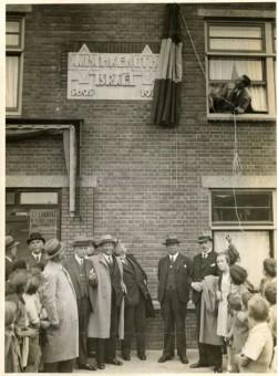 Onthulling van een gedenksteen in 1935 in de gevel van huizen van de Joodse woningbouwvereniging Mischkenoth Israel - foto Polygoon, fotocollectie Haags Gemeentearchief
