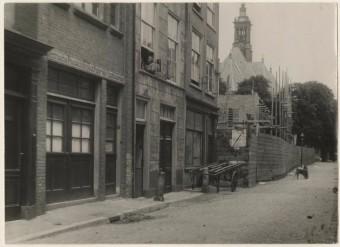 St. Jacobstraat in de Joodse buurt achter het Spui, omstreeks 1930. Links de matzefabriek van de firma Huisman - fotocollectie Haags Gemeentearchief