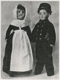 Twee poppen met de kleding zoals in Den Haag de Joodse weeshuiskinderen die tot omstreeks 1900 droegen, stonden in de regentenkamer van het weeshuis. In 1891 kreeg prinses Wilhelmina twee identieke poppen aangeboden - weekblad Ha'amoed-De Vuurzuil, 3 mei 1932