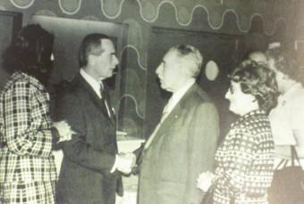 Voormalig directeur Izak Zadoks neemt afscheid directeur Philips Simons in 1976 - personeelsblad Persveha