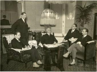 Jan Belinfante (zittend links) interviewt de Roemeense minister van Buitenlandse Zaken, G.G. Moronesco (midden), ca. 1935 - Vereenigde Fotobureaux