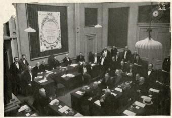 Gemeenteraad van Den Haag in 1911 met de Joodse raadsleden Jacob Simons en Samuel Vas Dias - collectie Haags Gemeentearchief