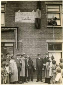 Onthulling van de gedenksteen van de oprichting van Mischkenot Israël aan de Groenteweg/ hoek Marktweg . De tekst op de gevelsteen is in 1942 weggehaald op last van de Duitse bezetter. De lege gevelsteen is evenwel nog steeds zichtbaar - foto Polygoon