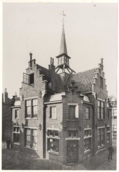 Woningen van de Vereeniging tot het Verschaffen van Woningen aan Minvermogenden (Van Ostadehofje). In dit woonhuis was een depot gevestigd van de brood- en beschuitfabriek De Oude Vette Hen, ca. 1895 - collectie Haags Gemeentearchief