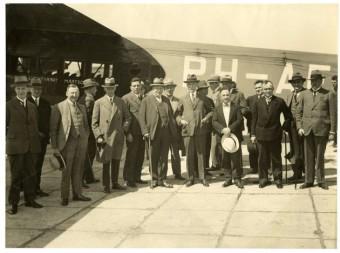 Raadsleden van Den Haag brengen per vliegtuig een bezoek aan Schiphol in 1930, 2de van links Michel Joels - collectie Haags Gemeentearchief