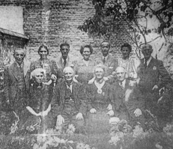 De heer en mevrouw Jonk met hun negen Joodse onderduikers - website Yad Vashem