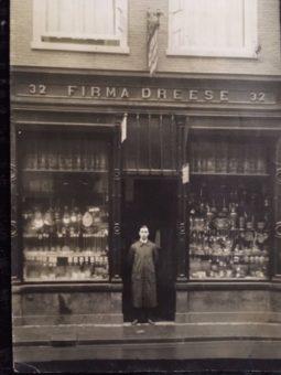 Albert Dreese (18-1961) in de deuropening van de juwelierszaak aan de Korte Poten 32, ca. 1925 - foto familie Dreese