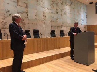 Mr. G.M.M. Corstens, tijdens de discussie na afloop van de lezing, rechts Mr. Frank Majoor, voorzitter van de Stichting Joods Erfgoed Den Haag - foto Ronny Naftaniel