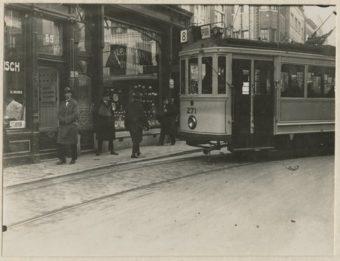Tram 8 passeert de winkel van Hijmans in de Wagenstraat - fotograaf J.B. Hijmans