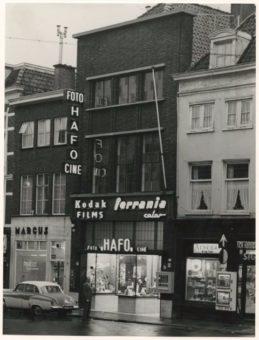 De broodjeszaak van Marcus aan de Wagenstraat 69, omstreeks 1960 - fotocollectie Haags Gemeentearchief